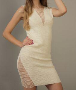 Beżowa sukienka z ozdobnymi nitkami