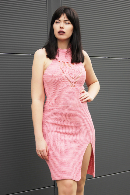 Koralowa sukienka z rozporkiem i wiązaniem na szyi2