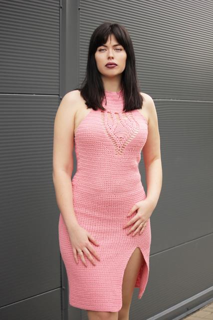 Koralowa sukienka z rozporkiem i wiązaniem na szyi3
