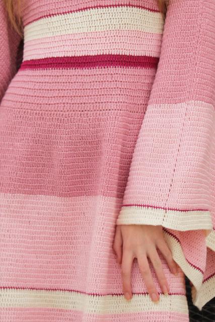 Sukienka szydełkowa mini z szerokimi rękawami1