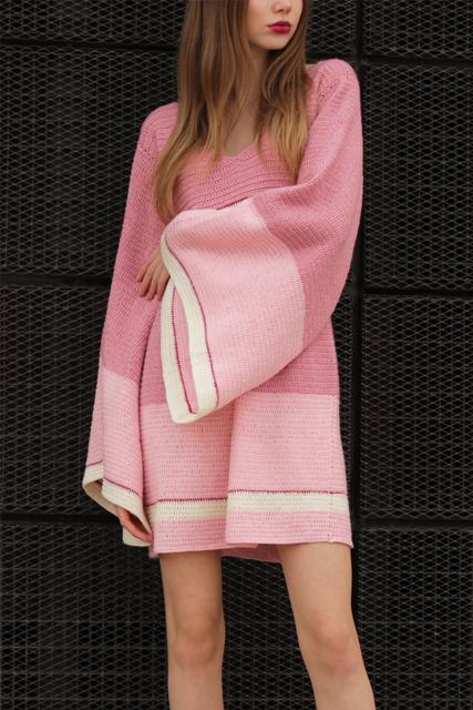 Sukienka szydełkowa mini z szerokimi rękawami2