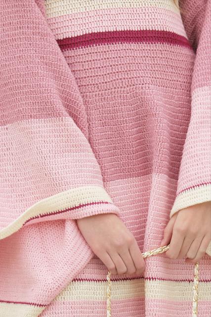 Sukienka szydełkowa mini z szerokimi rękawami3