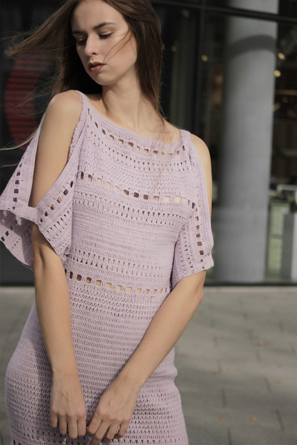 Sukienka szydełkowa z odkrytymi ramionami1