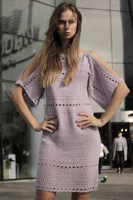 Sukienka szydełkowa z odkrytymi ramionami2