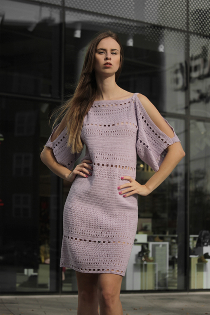 Sukienka szydełkowa z odkrytymi ramionami3