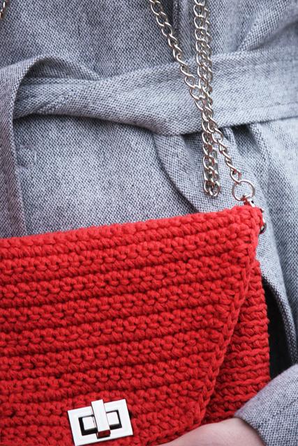czerwona torebka z łańcuszkiem