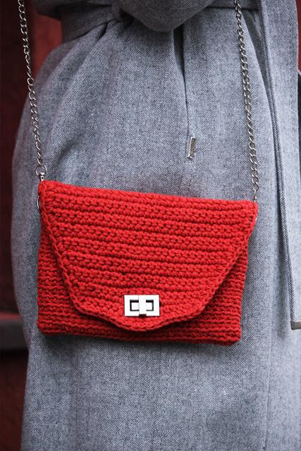 czerwona torebka z łańcuszkiem2